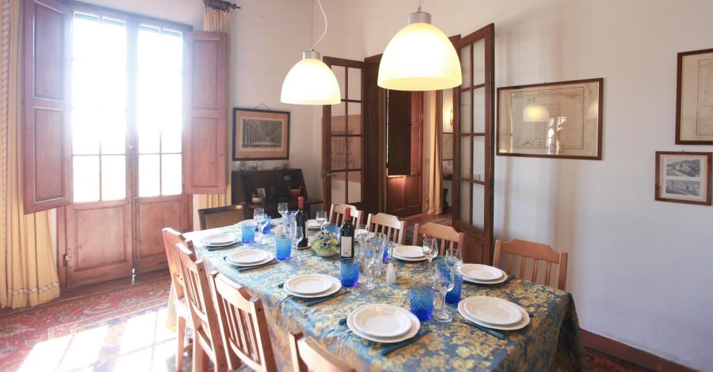 acacia_interior_table